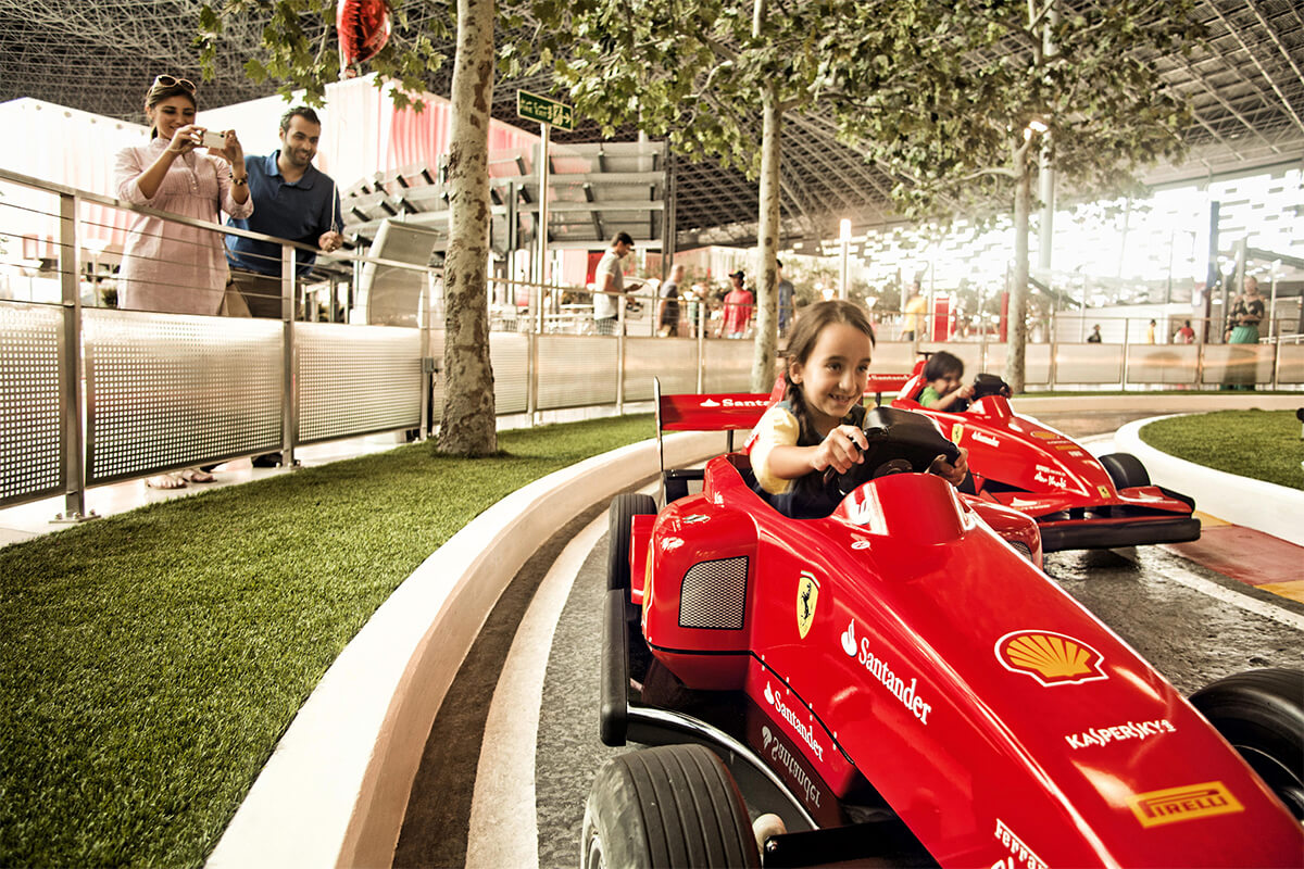 Flicka i Ferraribil på Ferrari World